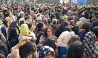 妇女大量参加阿斯玛贾汉吉尔的葬礼