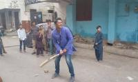 Daren Ganga plays cricket on the streets of Karachi