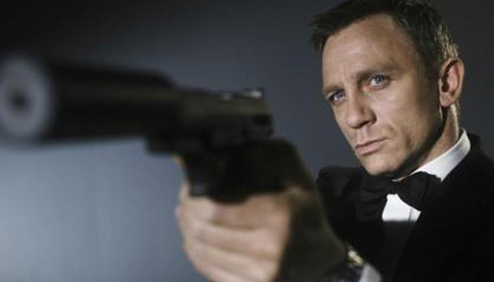 Daniel Craig Suits Up in Possible 'James Bond' Set Photos!