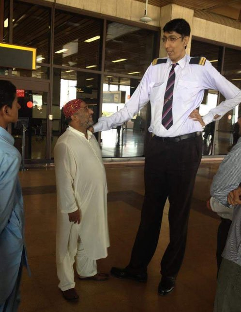 Pakistan's tallest man alive Naseer Soomro admitted to hospital ...