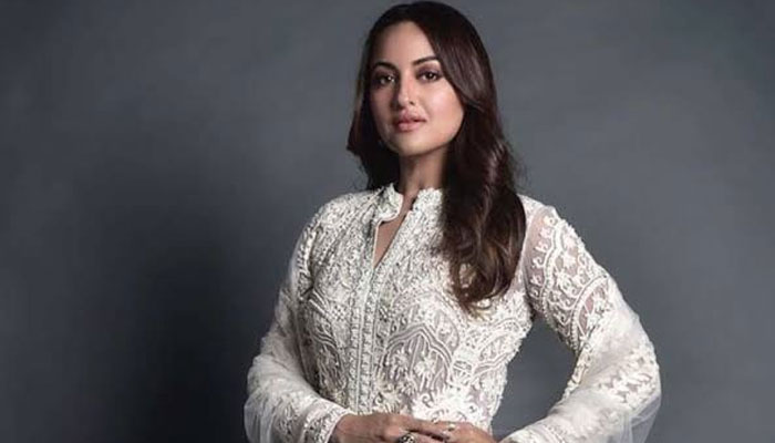#YoSonakshiSoDumb trends as Internet trolls Sonakshi after 'KBC' fix