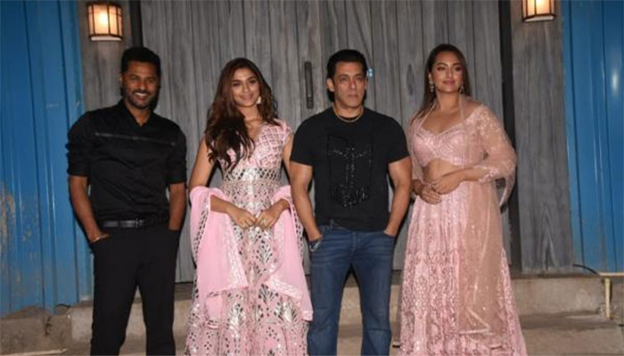 Can 'Dabangg' Salman Khan become flawless father? Raveena Tandon has the answer