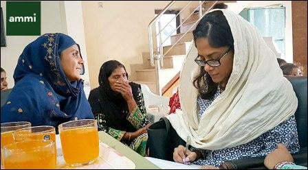 Medical lead Israa conducing a focus group with local women in a kathchi abadi in Lahore.