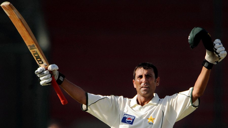 Younis Khan acknowledges the cheers after reaching his triple-century, Pakistan v Sri Lanka, 1st Test, Karachi, 4th day, February 24, 2009.