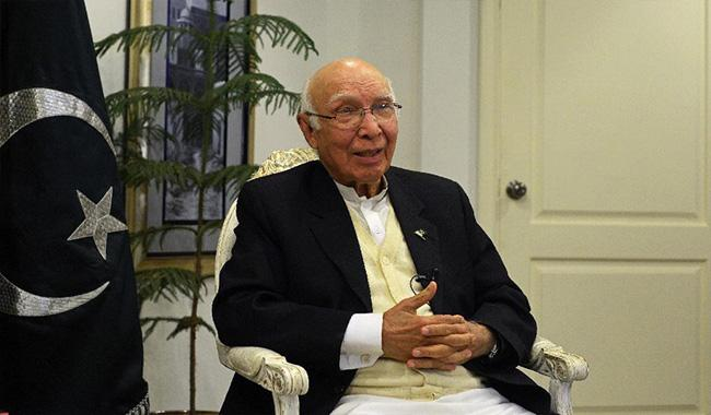 Sartaj Aziz meets US Senate delegation
