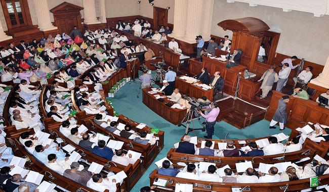 Punjab PA passes resolution, all praise for Nawaz amid clamour