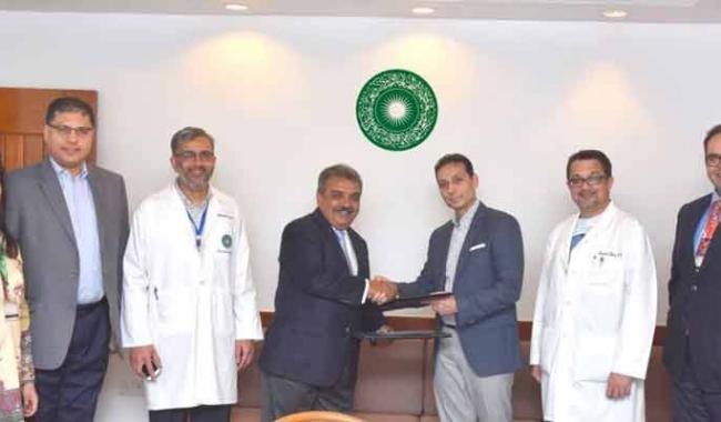 AKU alumni donate $250,000 to alma mater to support disadvantaged doctors