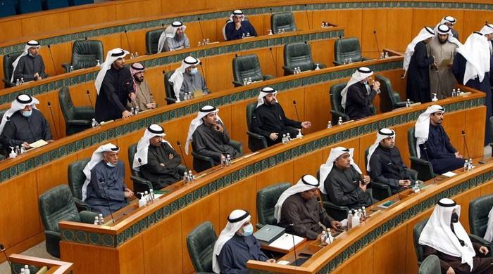 The Kuwaiti government has resigned en masse, challenging the new Amir