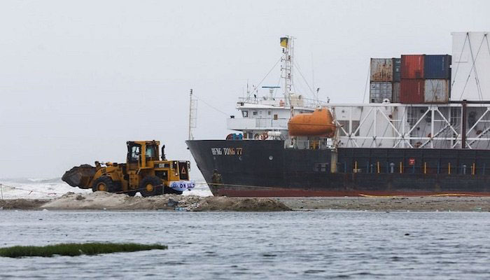 Rescue operation to free cargo ship halted