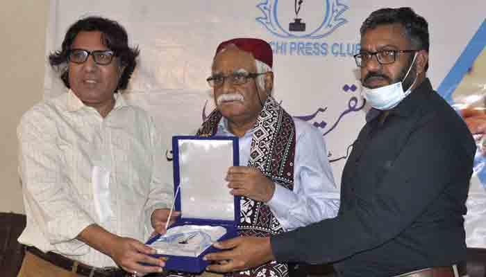 KPC President Fazil Jamili and Secretary Rizwan Bhatti presenting shield toDr Tauseef Ahmed Khan.