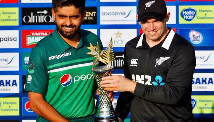 Pakistan´s captain Babar Azam (L) and his counterpart New Zealand´s Tom Latham pose for photographs with the series trophy during a ceremony at the Rawalpindi Cricket Stadium in Rawalpindi on September 16, 2021, a day before their first one-day international (ODI) cricket match.-AFP
