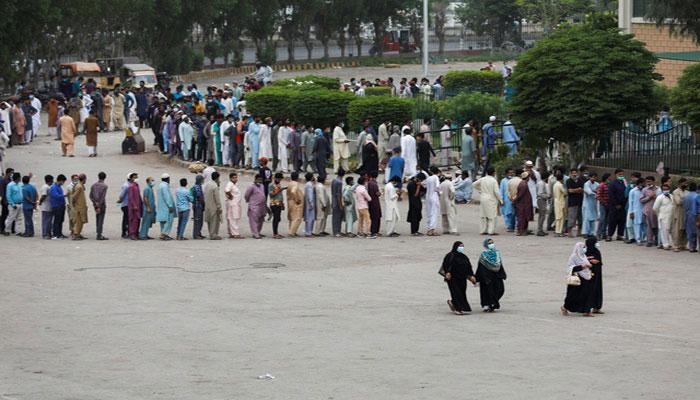 Crackdown against unvaccinated citizens in Karachi starts