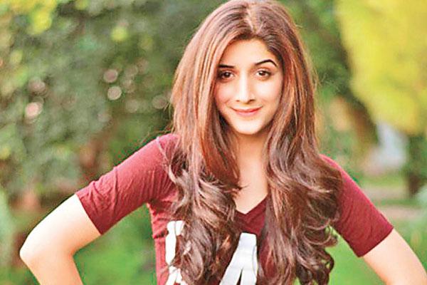 Mawra Hocane and Sonam Kapoor bond over Twitter