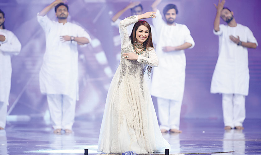 The evergreen and graceful Reema performed alongside Mawra Hocane and reminded us of what film stars are supposed to be like.