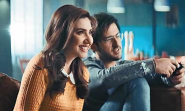 Azaan Sami Khan releases 'Tu' with video featuring Mahira Khan
