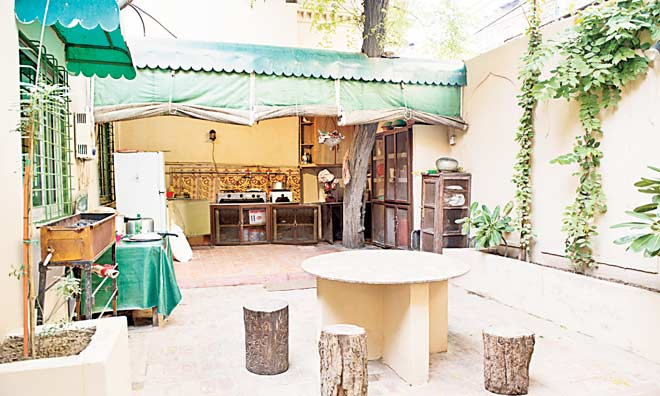 Perfect for enjoying lazy Sunday brunches, the open-air kitchen with its rustic seating has all the modern amenities needed to satisfy any contemporary chef.