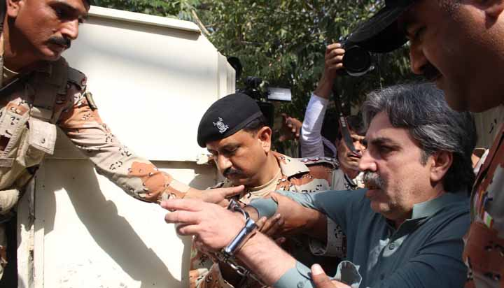 Amir Khan is being escorted by Rangers while returning from Anti Terrorism Court III.