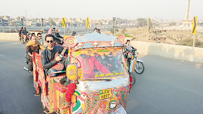 Rickshaw ride across the city: In addition to Farhad, the video of 'Lahore' also features Overload veterans dhol players Nasir Sain and Kala Sain as well as the Punjab Brass Band.