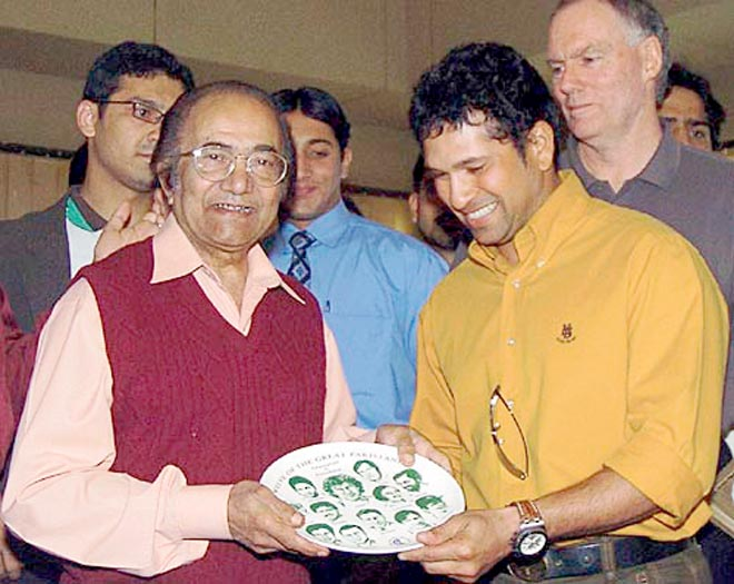 KARACHI: India's Sachin Tendulkar presents a shield to former Pakistan cricket captain Hanif Mohammad at The Arabian Sea Country Club on January 27, 2006
