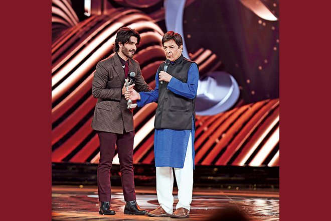 In paying respect to the veterans, Feroze Khan, who won Best Actor - Viewer's Choice for Khaani, took fellow nominee Qavi Khan onstage and dedicated his award to him