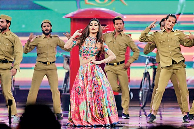 Nomi Ansari had designed the stage looks for the performances and the designs were typical of his usual design flair. Unabashed colour and design for the stage is a good idea especially for the performances that Maya Ali, Mehwish Hayat and Fahad Mustafa had.