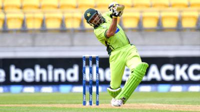 Afridi blitz lifts Pakistan to 210 v New Zealand