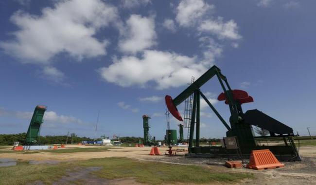 Oil prices fall on US storage glut, ongoing economic woes