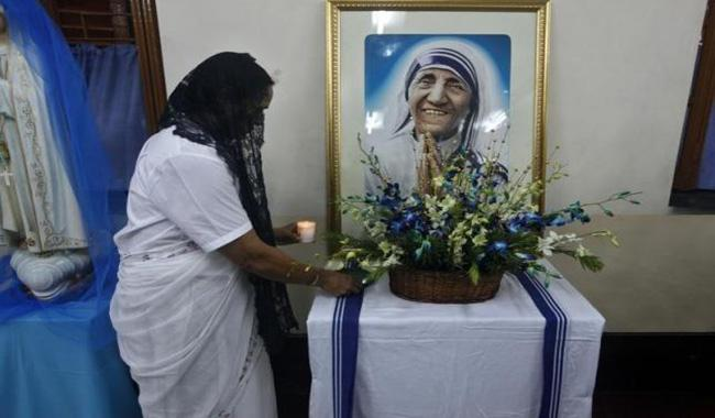 a description on mother teresa on the dedication of her life in helping the poor Mother teresa 1 she was born on 27th august 1910her real name was agnes gionxhu bejuxhiu and she was the youngest child of nikola, a politician, and drane bejuxhiu in skopje in yugoslavia.