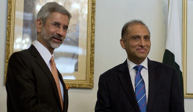 Pak, India foreign secretaries meet in New Delhi on Tuesday