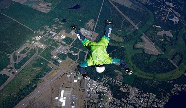 Skydiver leaps from plane -- with no parachute