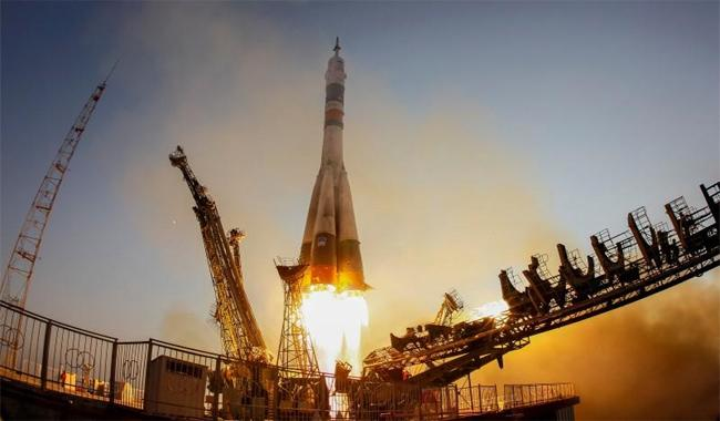 Spaceship carrying three-man crew docks with ISS