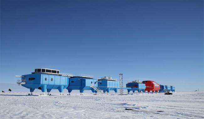 Antarctic ice floe crack forces UK scientists to leave