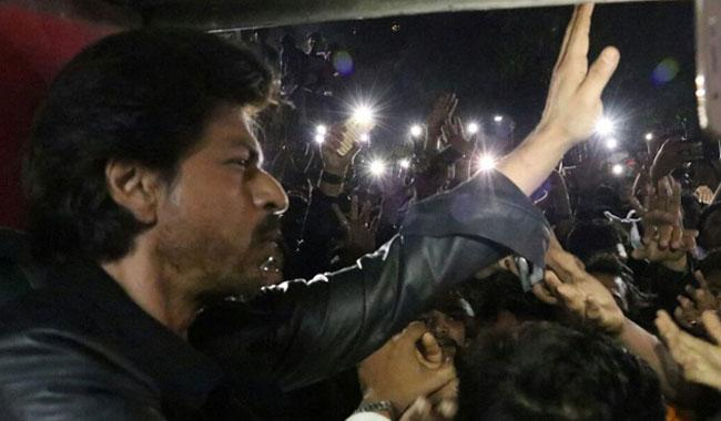 Raees turns deadly: Fan dies as crowd mobs SRK's train
