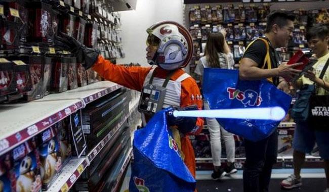 Disney plans midnight 'Star Wars' event to unveil 'Last Jedi' toys