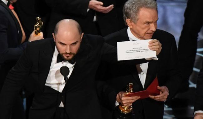 Oscars apologize as mix-up overshadows ´Moonlight´ win