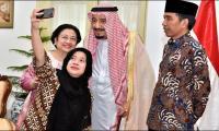 Saudi King Salman embraces selfie on tour across Asia