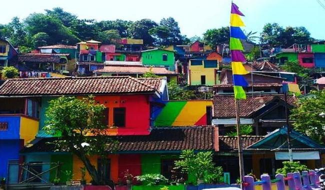 Indonesian slum is now 'Rainbow Village'