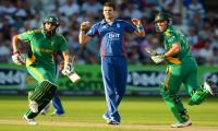 South Africa beat England by three runs to win second T20