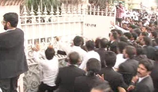 Mall Road turns into battlefield as lawyers go on rampage in LHC