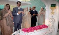 Ex-army chief Raheel visits Major Shabbir Sharif's grave