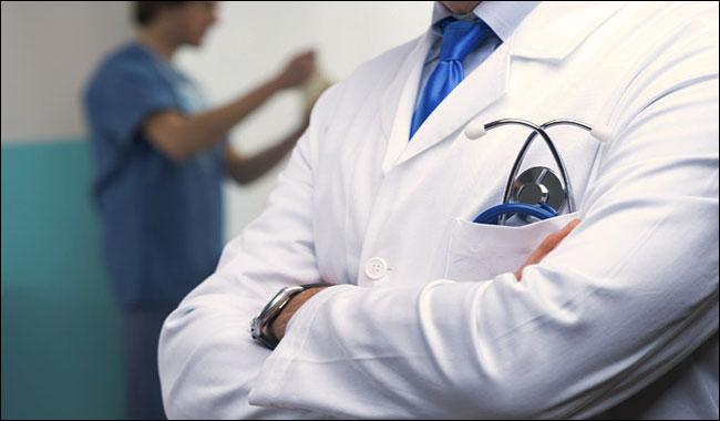 Long-sleeved lab coats spread diseases in patients