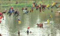 Brazilian thrill-seekers rope jump from bridge for world record