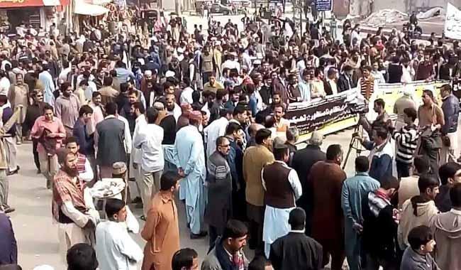 Health professionals in Multan block roads against privatization of hospitals