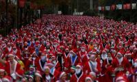 数以千计的圣诞老人装扮成马德里的慈善机构