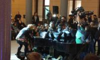 20 students set new world record of playing one piano simultaneously