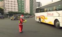 Santa traffic cop sleighs it with Manila dance routine