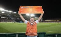 Cricket fan gets hands on $50k prize money after swiping catch in T20