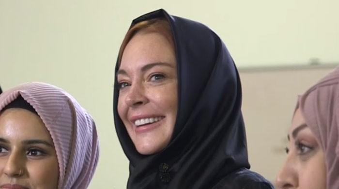 Lindsay Lohan wears hijab at London Fashion show