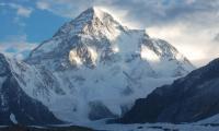 登山者试图在K2上首次举行冬季个人首脑会议