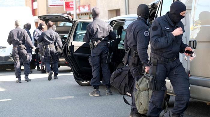 法国警察在扣留人质后为他的生命而战